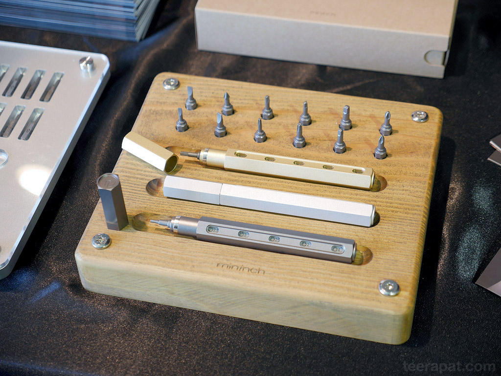 อันนี้เท่ดีครับ เป็นปากการวมกับพวก tool ไขควง โดยสามารถเปลี่ยนหัวเป็นแบบต่างๆ เหมือนเปลี่ยนไส้ดินสอที่ยัดก้นเอาอะครับ (ดูวิดิโอประกอบ)
