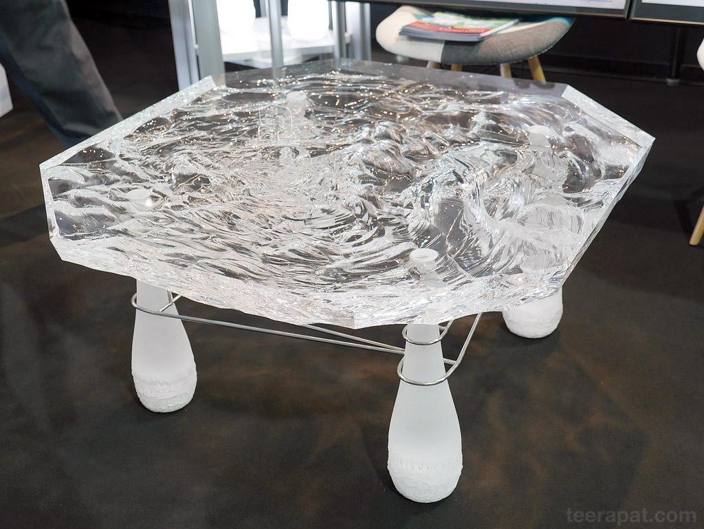 อันนี้เป็นโต๊ะพลาสติกหนาๆ