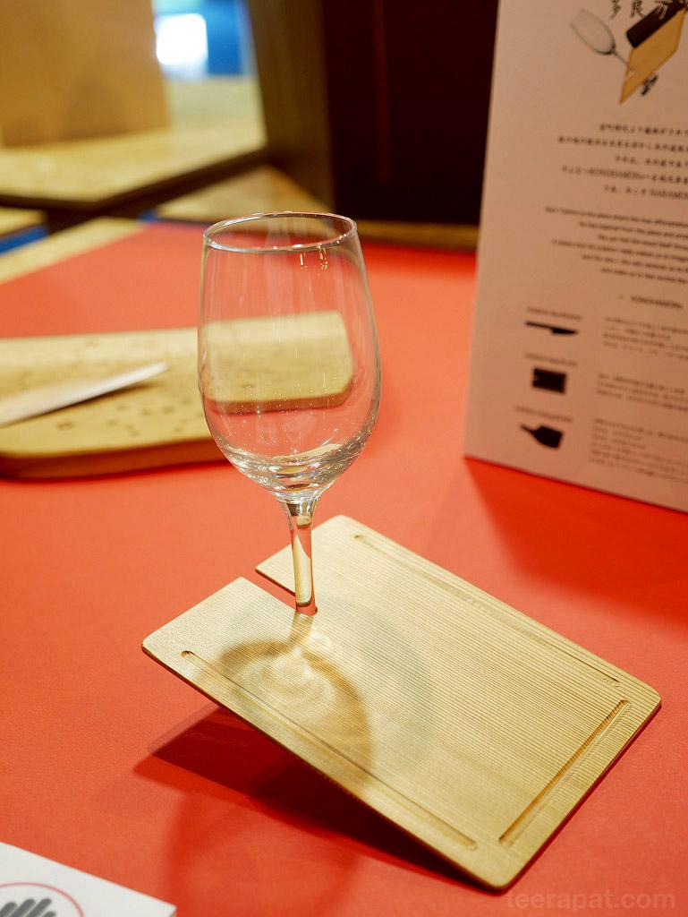 แก้วไวน์และจานใส่ชีส